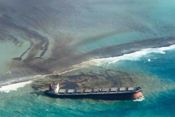 ship off the coast of Mauritius leaking oil